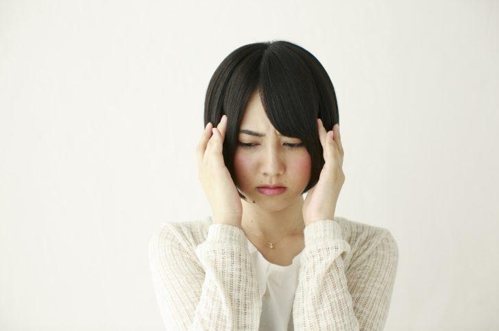ダイエットの糖質制限で頭痛に悩む女性