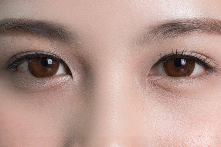 普通の充血とは異なり、突然白目の部分が真っ赤になる症状が特徴の「結膜下出血」。周囲からの視線が気になる目のトラブルの一種でもあります。では、この結膜下出血を