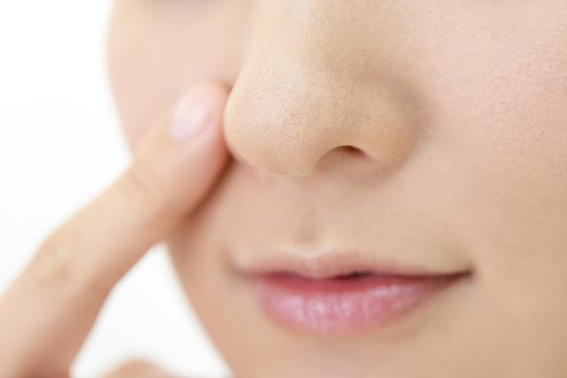 ヘルペスは唇だけではなく、鼻にできることもあります。唇にヘルペスができたときは皮膚科を受診することが多いでしょうが、鼻のヘルペスは何科を受診すればいいの