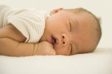 子供や赤ちゃんも疲れるといびきをかくの? 要注意ないびきのサインって?
