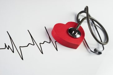 心臓ペースメーカーの埋め込み手術の流れは?電池交換や検査はどうする?