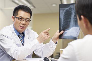 肺がんが見つかったらどんな治療をする?予想される副作用は?